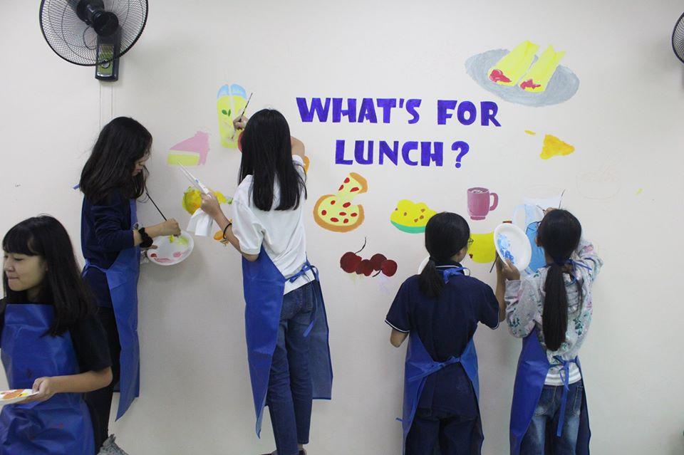 Các bạn học sinh chăm chú tô điểm cho từng mảng tường nhỏ